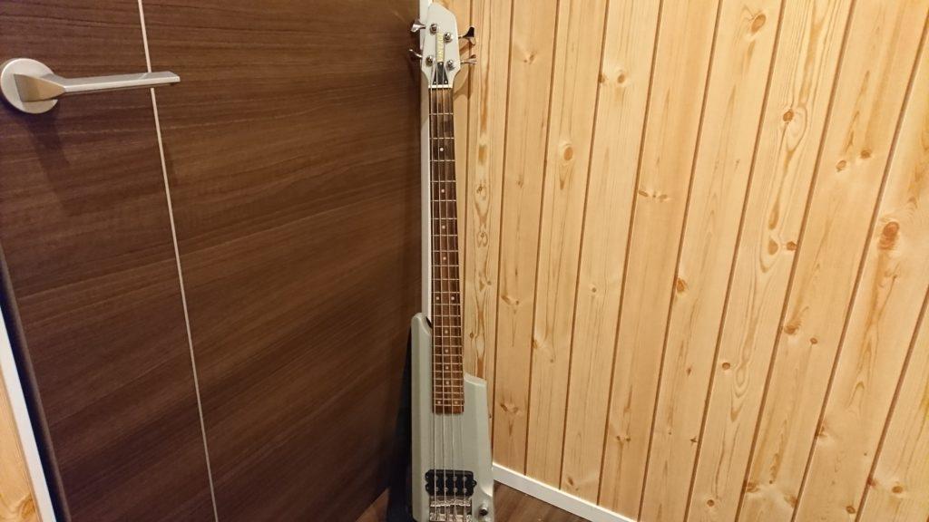 細身のエレキベースギター